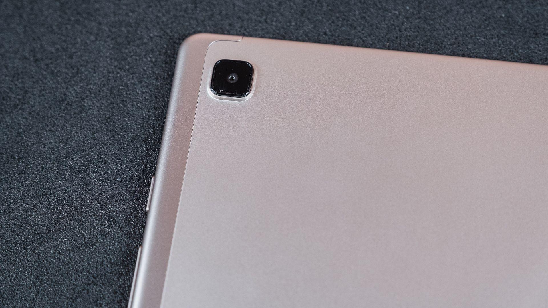 Detalhe da câmera traseira do Galaxy Tab A7 na cor dourada em um fundo cinza