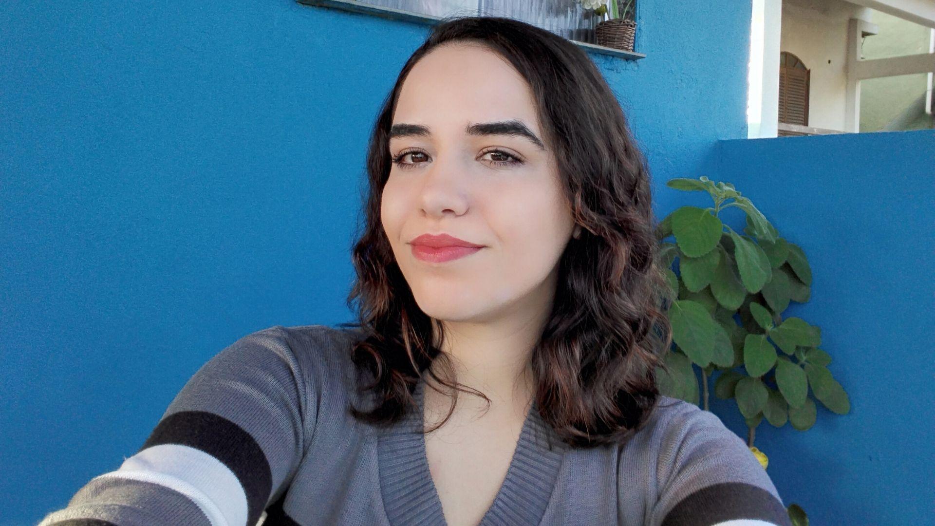 Selfie de mulher com cabelo curto e blusa listrada tirada pelo Galaxy Tab A7