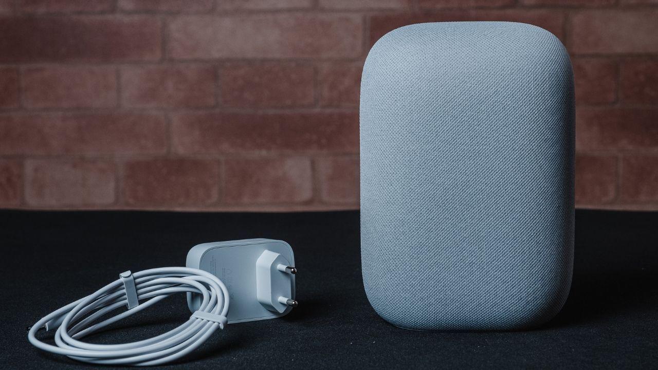 O Google Nest Audio vem com cabo de força (Foto: Zoom)