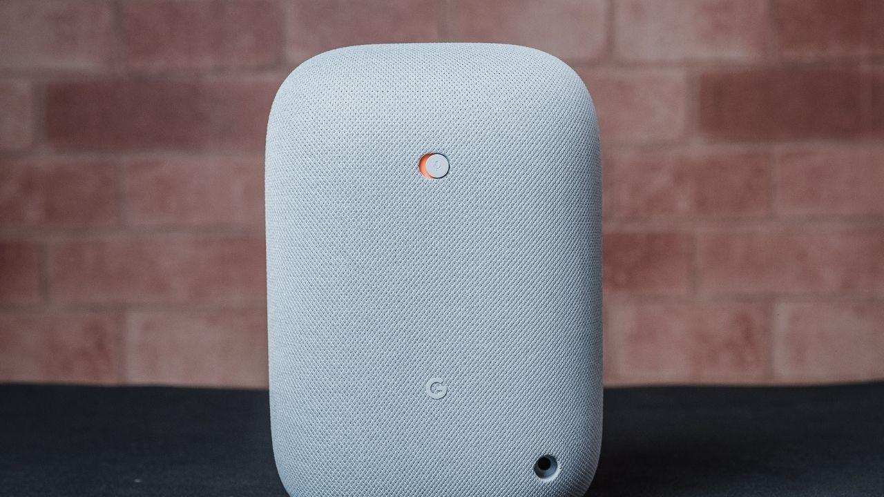 O Google Nest Audio tem um botão para desligar o microfone (Foto: Zoom)