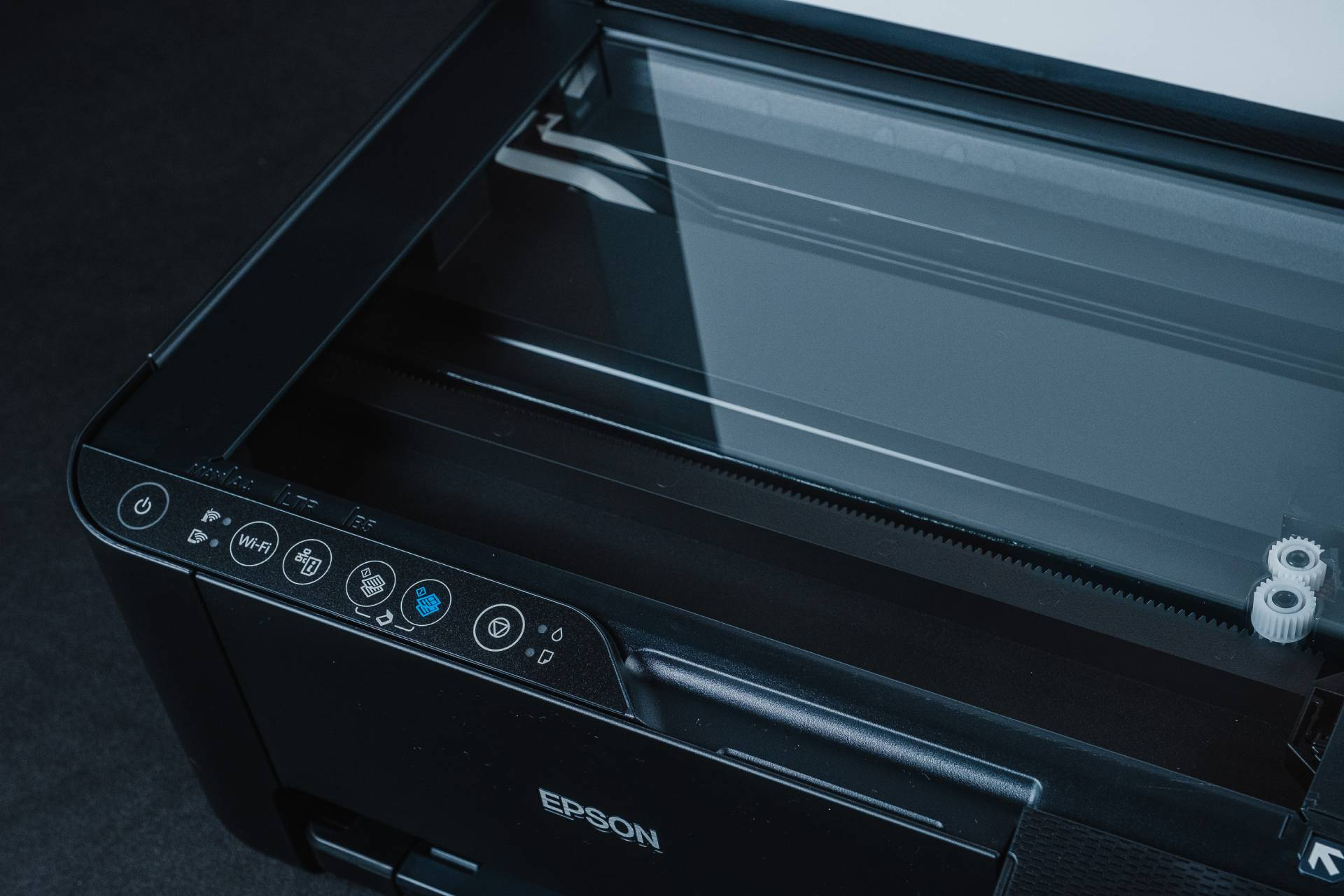 Impressora Epson Ecotank L3150 preta com tampa aberta, mostrando painel e vidro de cópia e scan