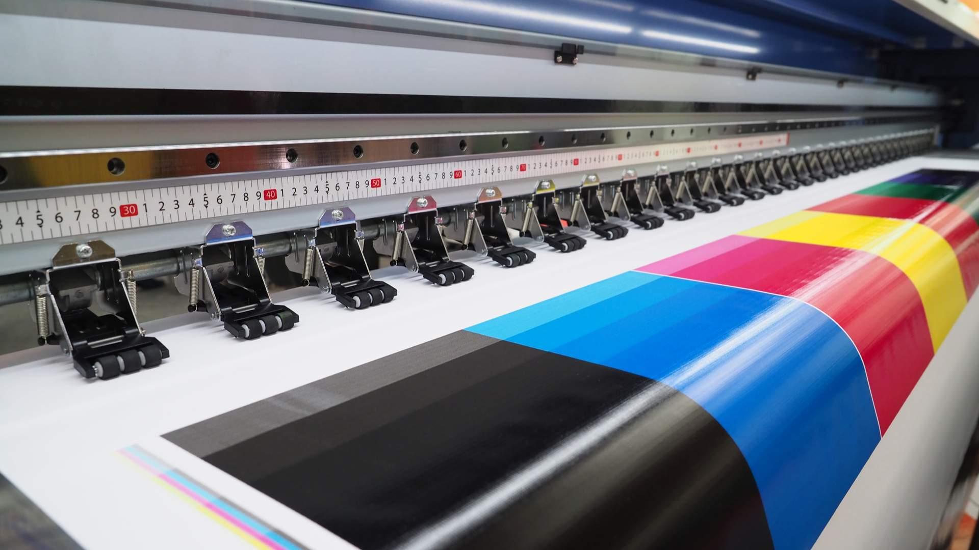 Foto de impressora plotter em meio a um serviço de impressão