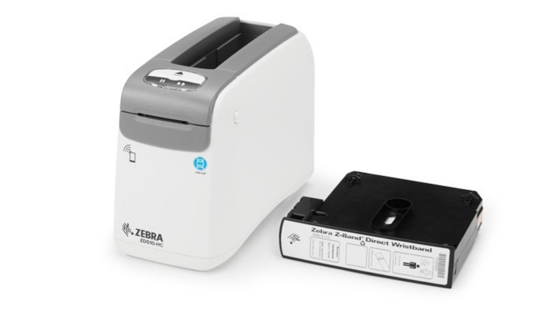 Impressora Zebra ZD510 ao lado da estrutura que acopla as pulseiras, ambas em fundo branco.