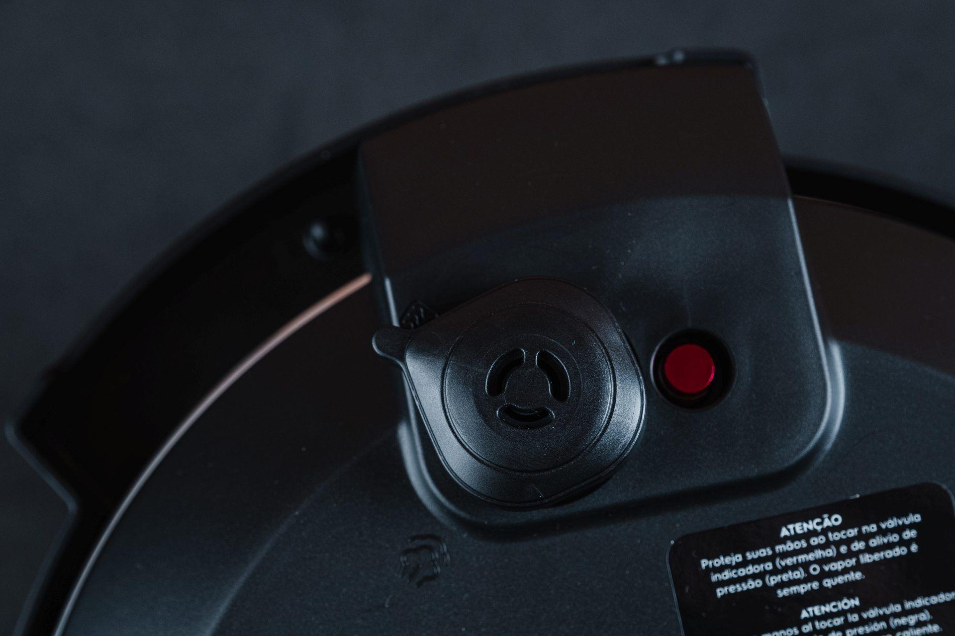 A válvula de saída de ar e a válvula de escape da Electrolux PCC20 (Foto: Zoom)