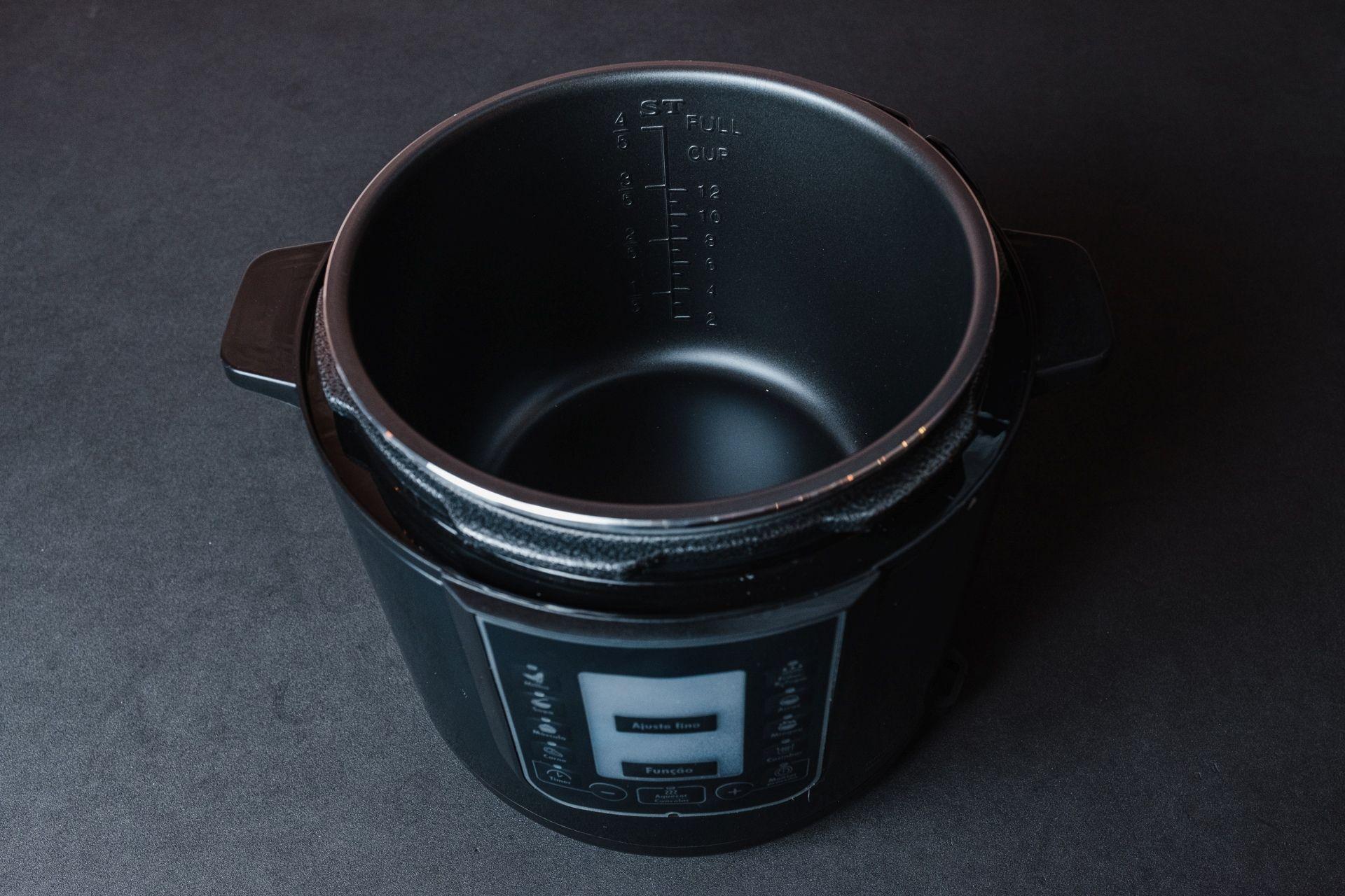 O recipiente de cozimento da Philco Digital Inox é antiaderente e graduado (Foto: Zoom)