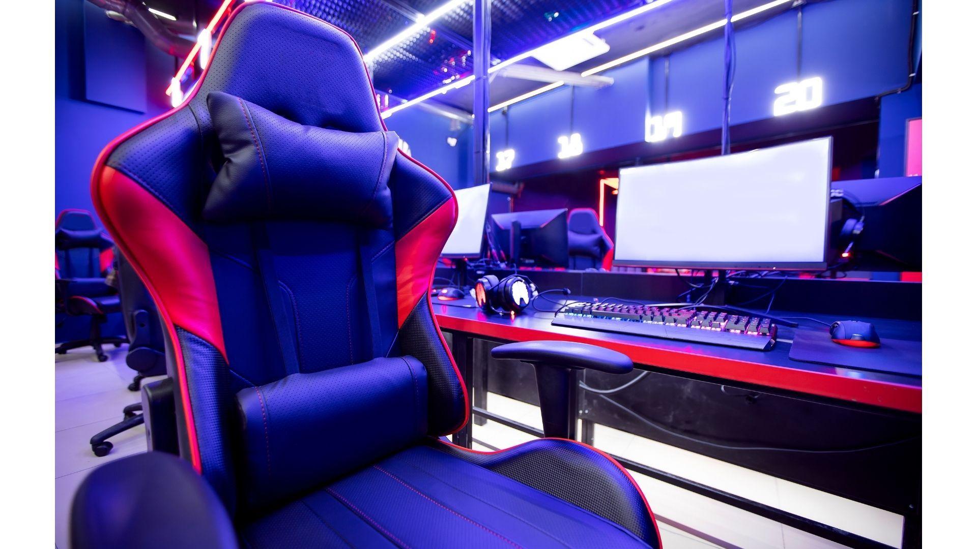 Veja as melhores indicações de cadeira gamer vermelha para 2021 e garanta mais conforto para suas jogatinas (Foto: Shutterstock)