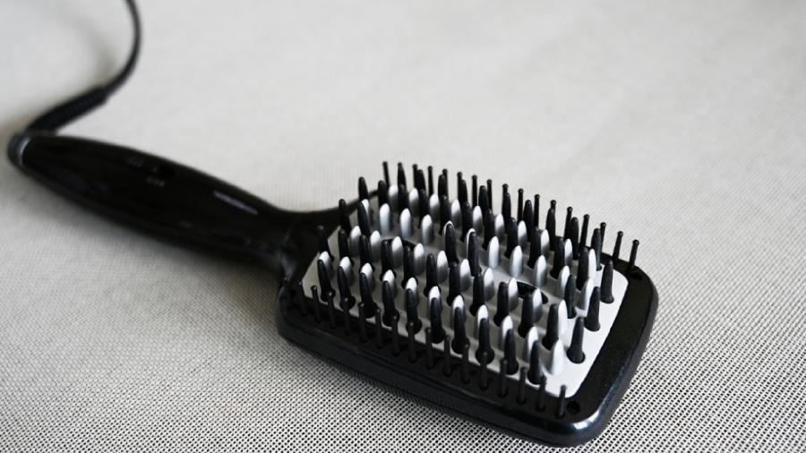 Veja a nossa seleção das melhores escovas alisadoras de 2021! (Imagem: Reprodução/Shutterstock)
