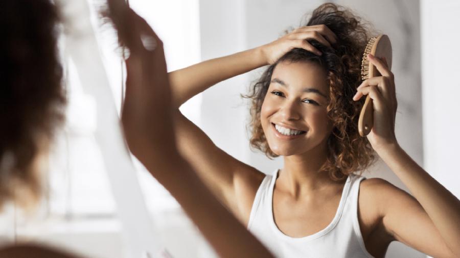 Veja a nossa seleção das melhores escovas para cabelo cacheado de 2021! (Imagem: Reprodução/Shutterstock)