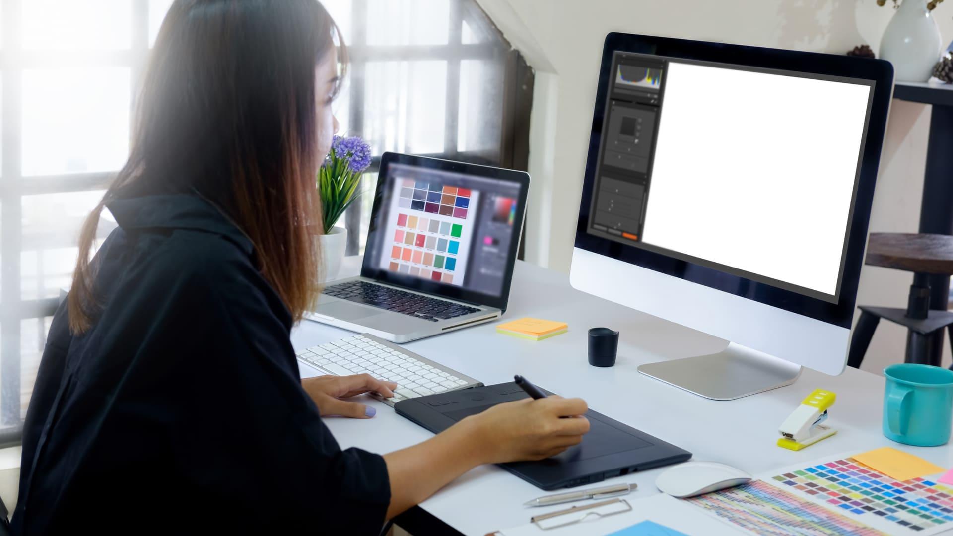 Mulher usa mesa digitalizadora para desenhar online