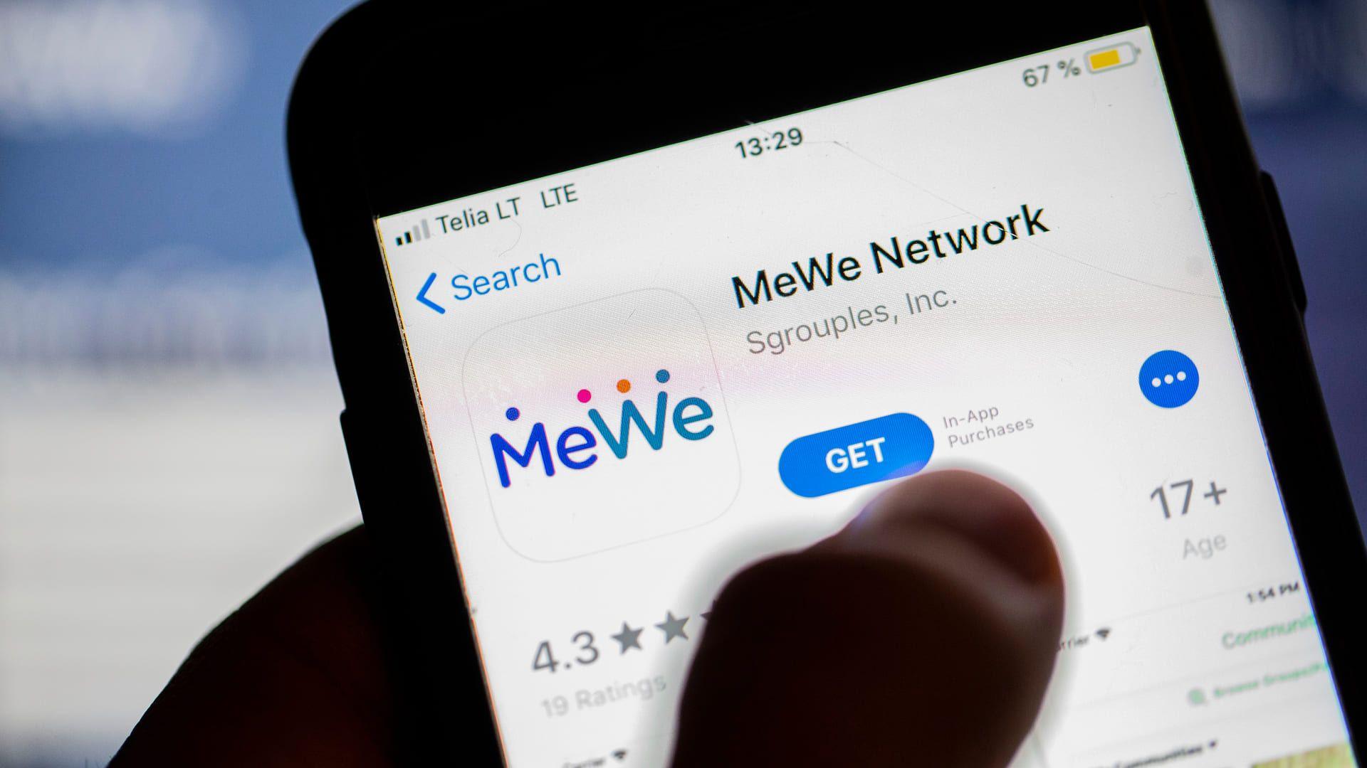 Ícone da MeWe para download na biblioteca de aplicativos do celular.