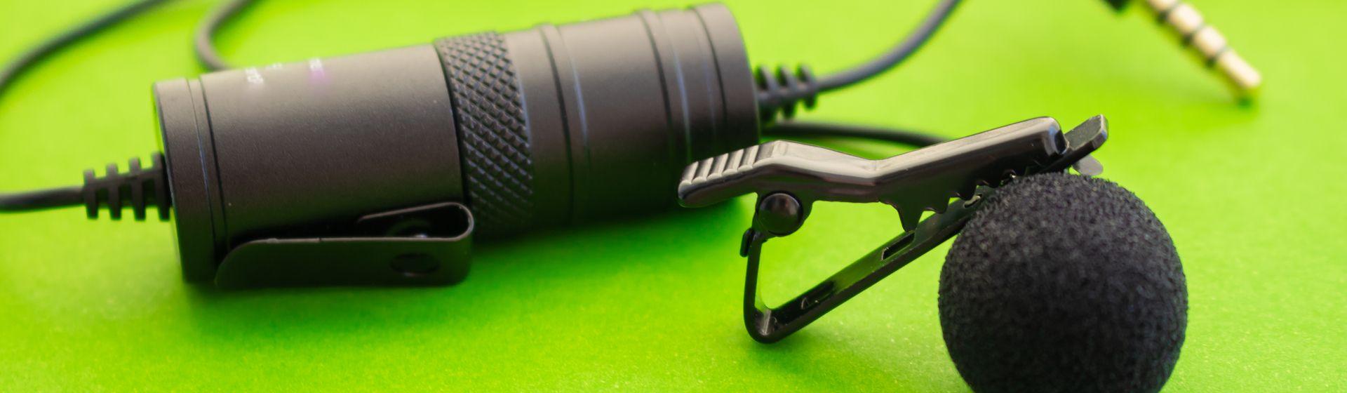 Microfone para celular apoiado em um fundo verde
