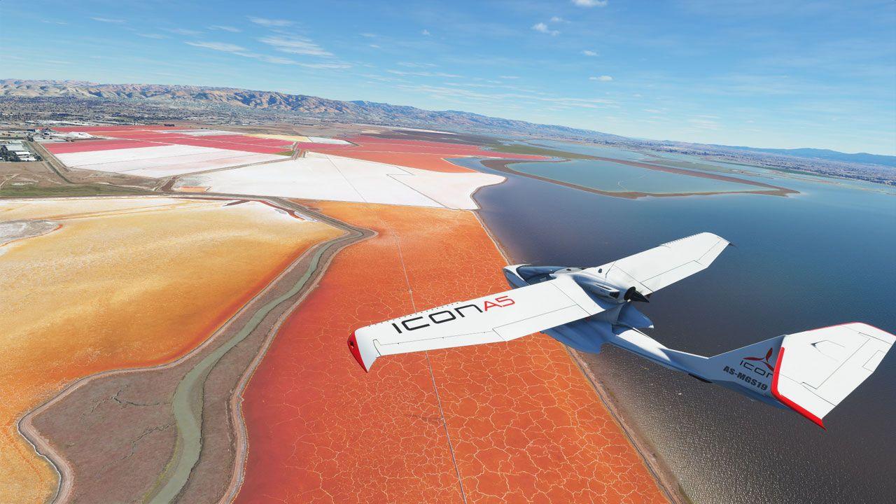 Foto mostra avião branco sobrevoando praia