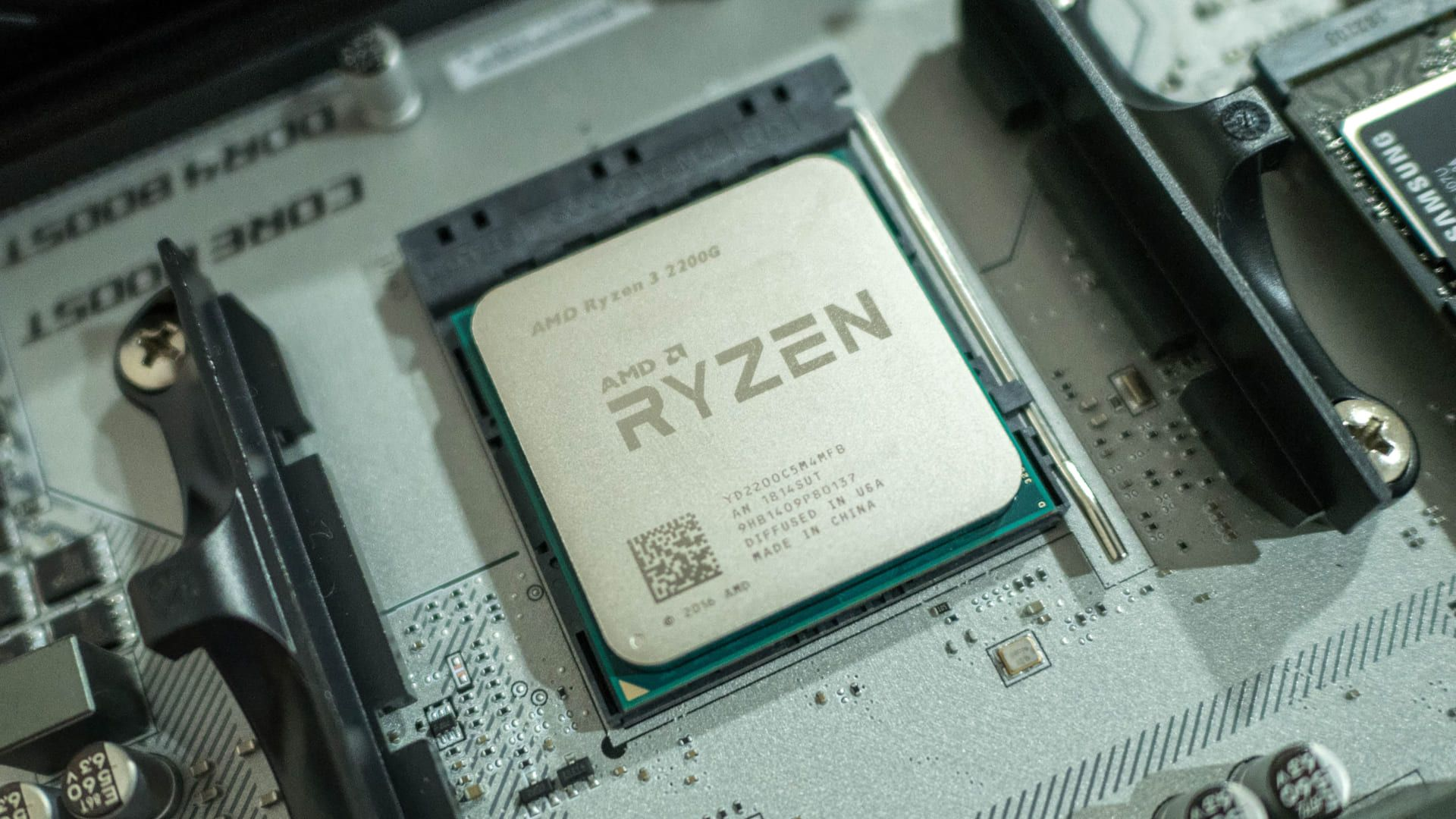 Processador AMD Ryzen 32200G na parte interna do computador