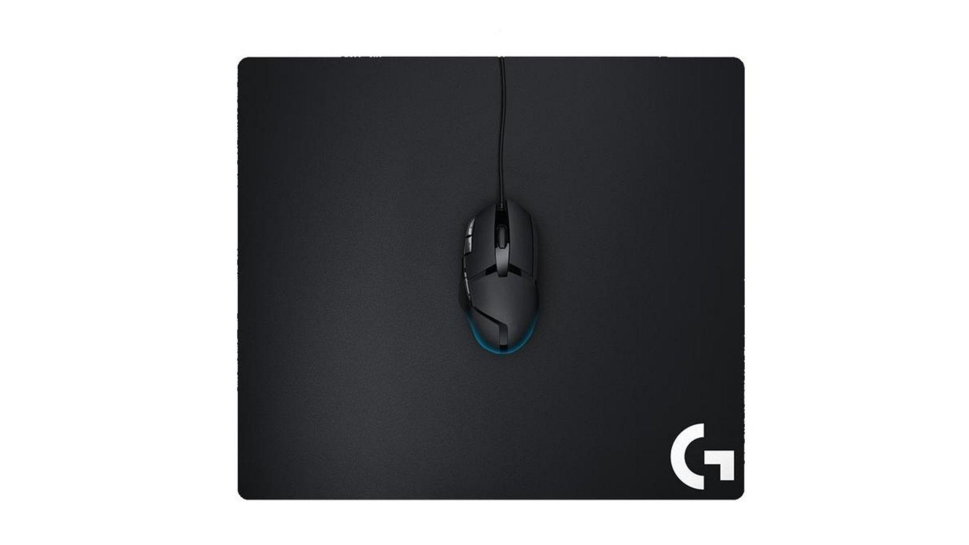 Mousepad Logitech G640 Gamer preto e mouse preto em fundo branco