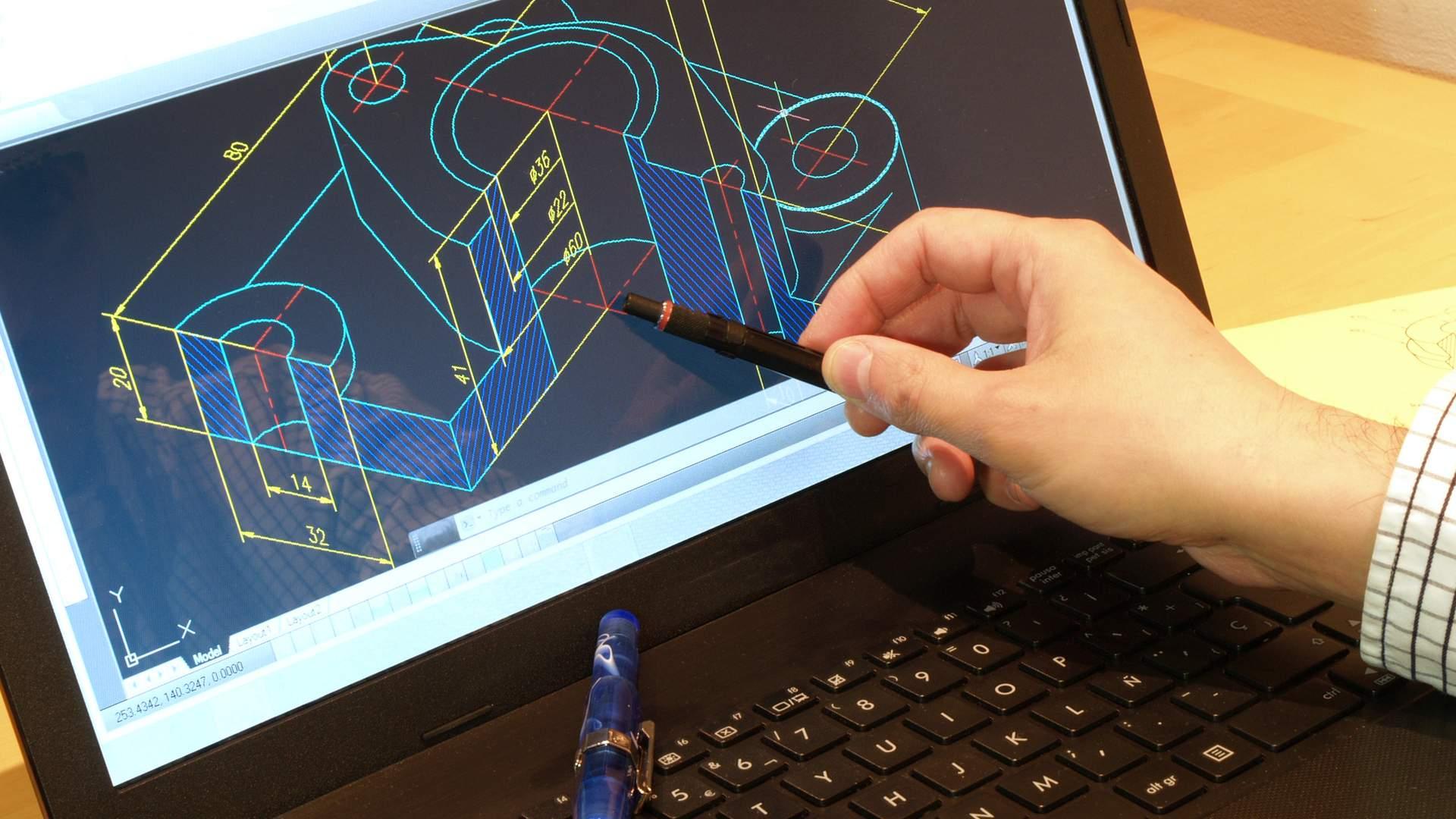 Homem apontando para tela de notebook preto com caneta, mostrando na tela um programa de projetos estruturais