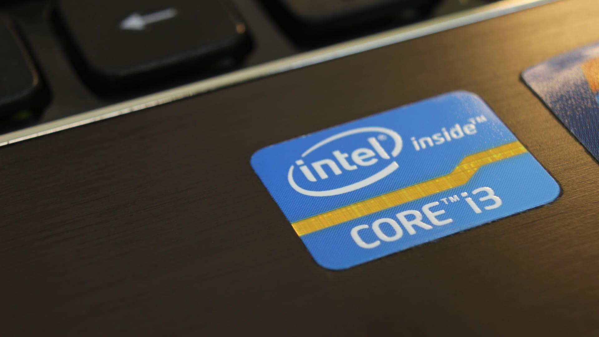 Etiqueta azul do processador Intel Core i3 no notebook.