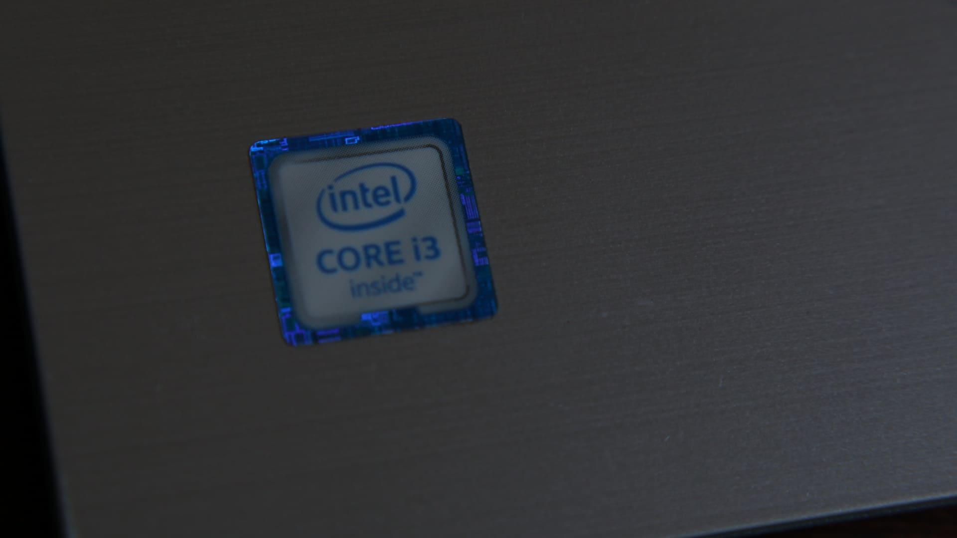 Etiqueta sinalizando o processador Intel Core i3 no notebook.
