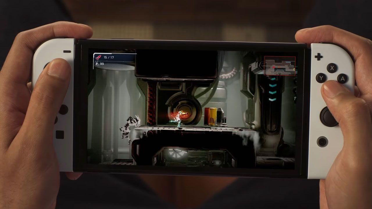 Nintendo Switch OLED com uso portátil, jogo na tela e duas mãos segurando o console.