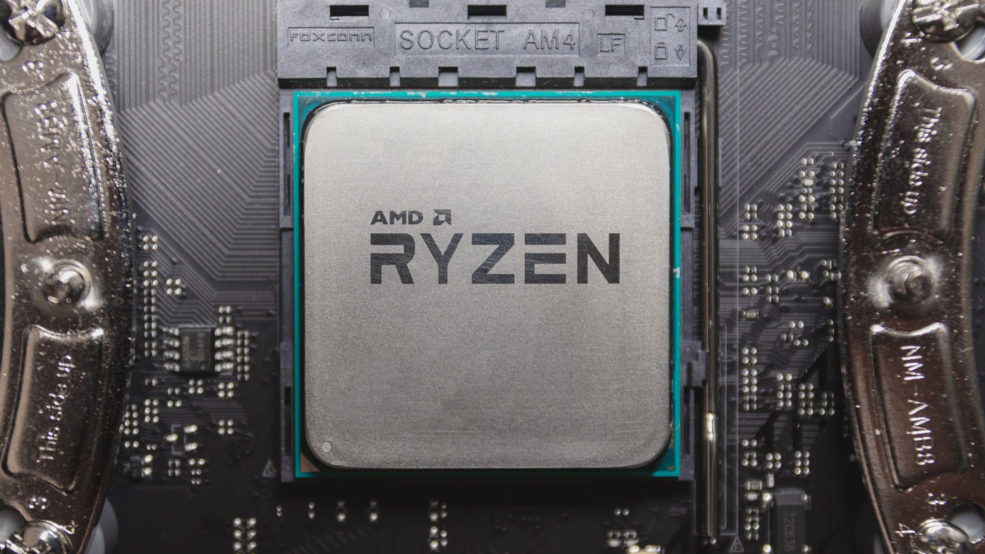 Processador AMD Ryzen fixado à parte interna do computador