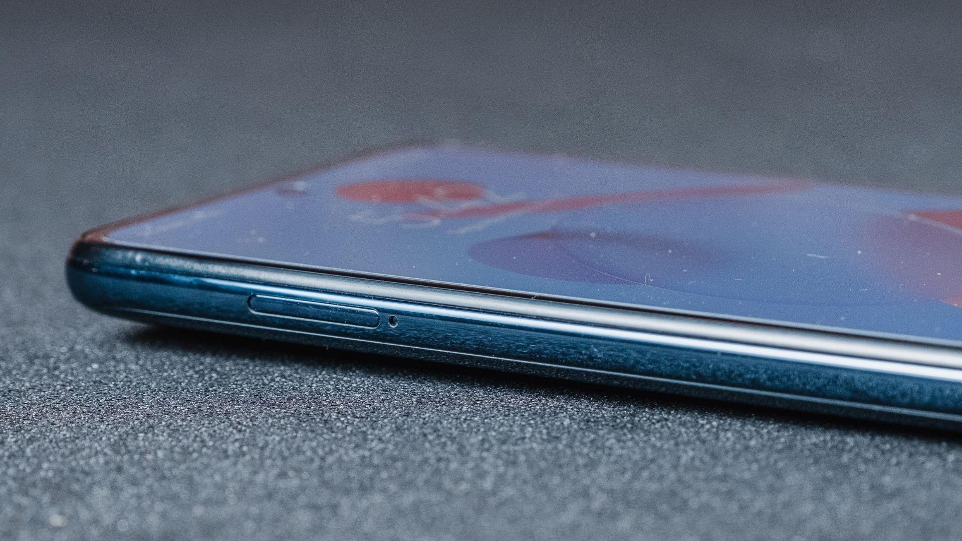 Detalhe da lateral esquerda do Poco X3 NFC (Foto: Zoom)