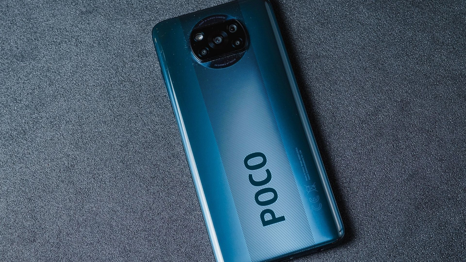 Detalhe com listras e nome na traseira do Poco X3 NFC (Foto: Zoom)