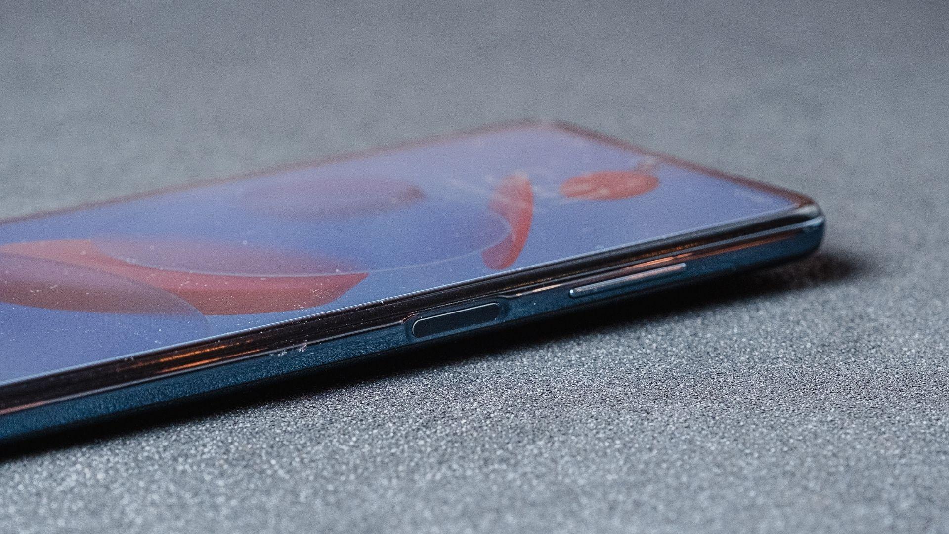 Detalhe da lateral direita do Poco X3 NFC com botão power que funciona como leitor de digitais (Foto: Zoom)