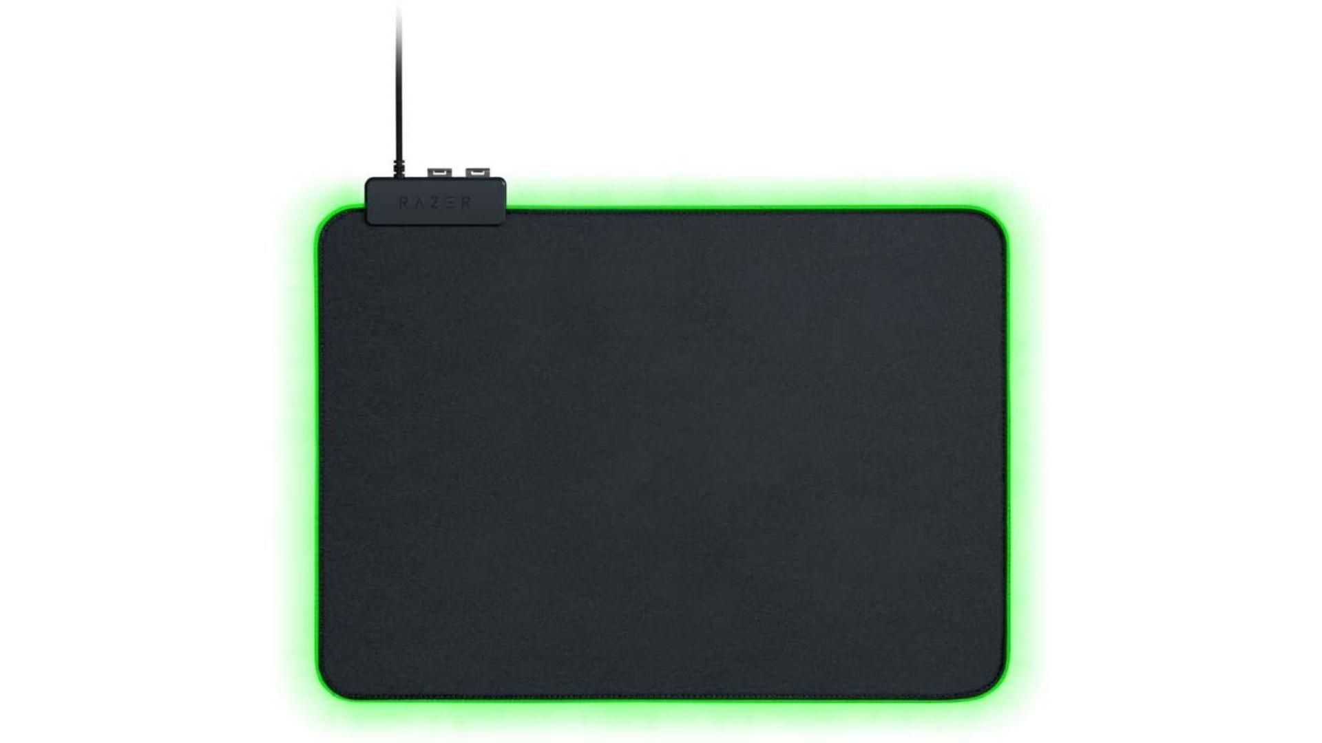 Mouse Pad Razer Goliathus Chroma preto com led verde no fundo branco