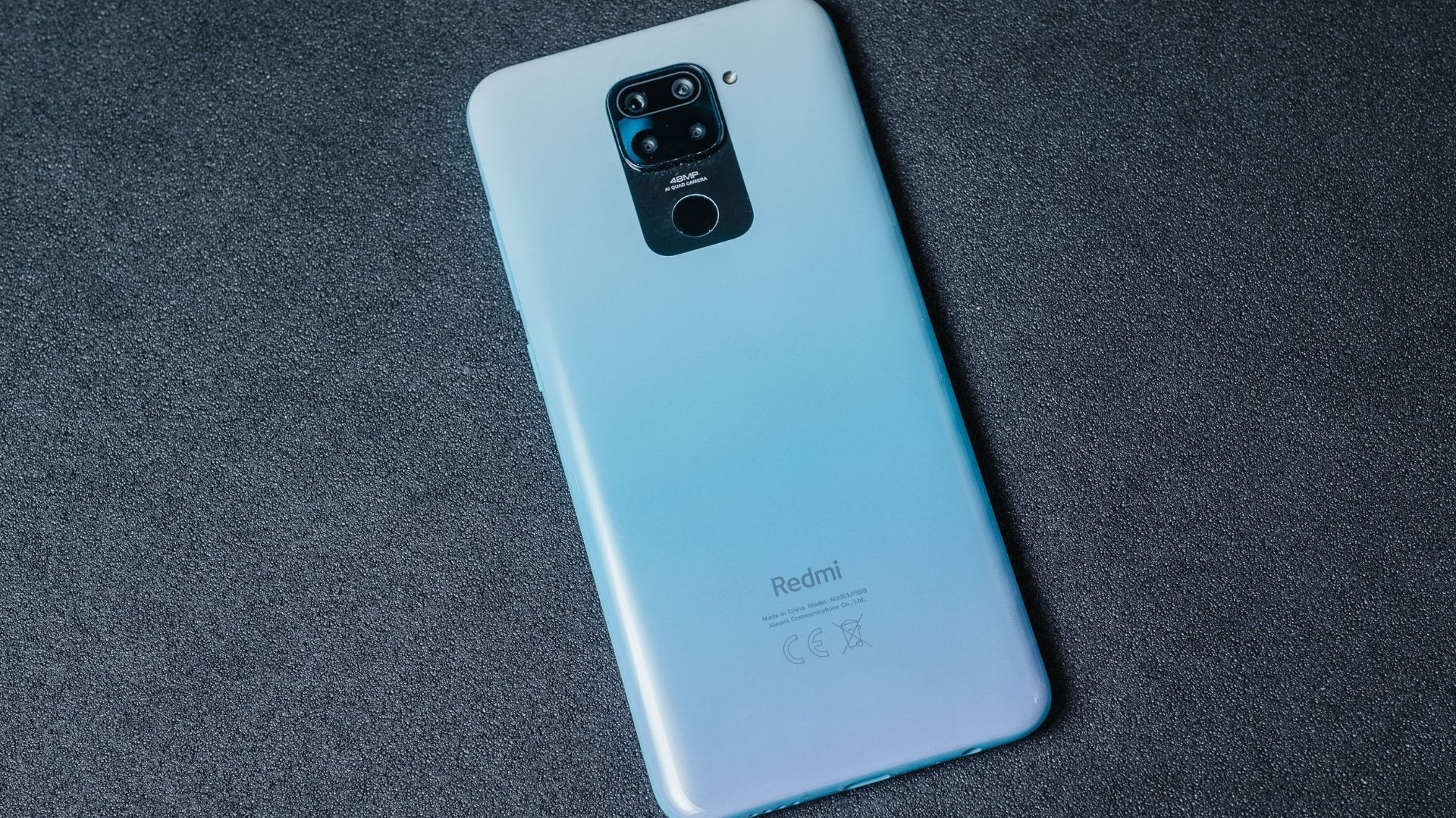 Traseira do Redmi Note 9 é de plástico (Foto: Zoom)