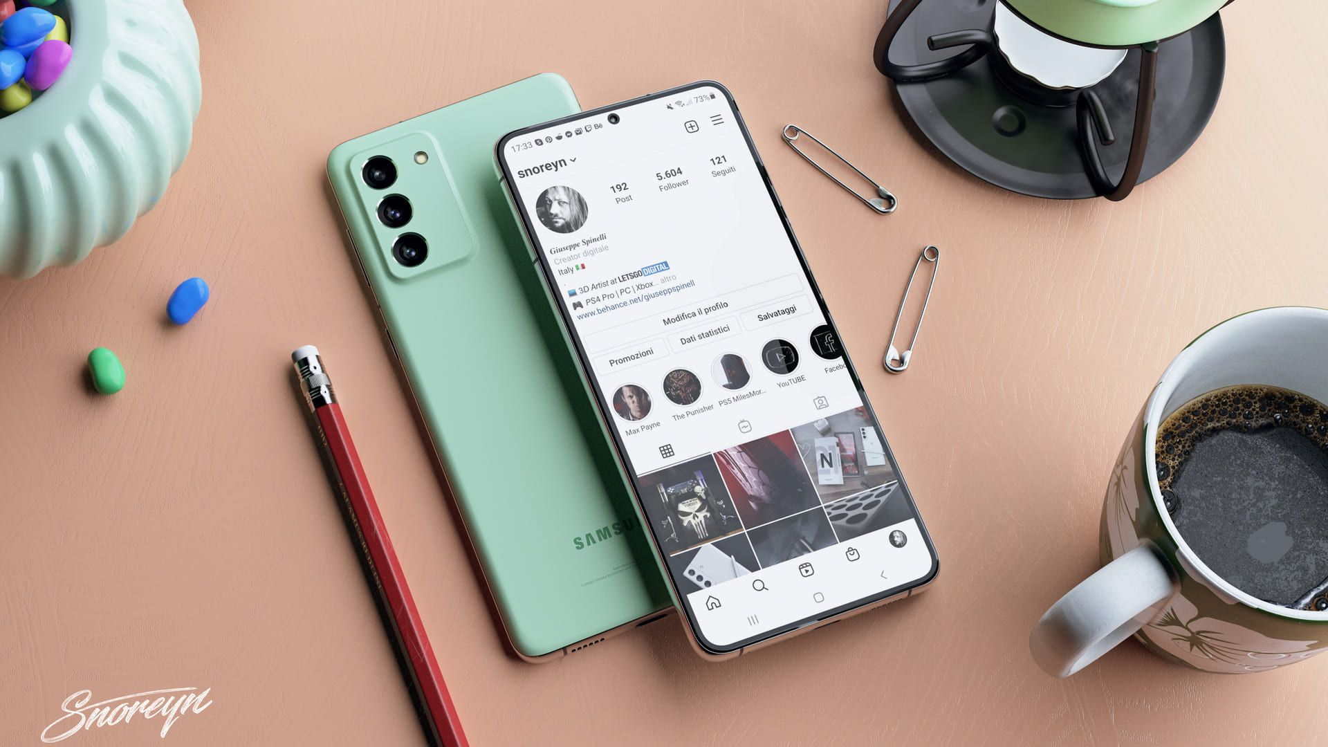 Dois celulares Samsung Galaxy S21 FE verdes apoiados em superfície bege