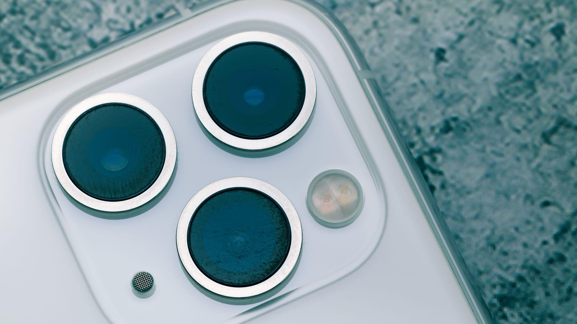 Foto de um celular com três câmeras
