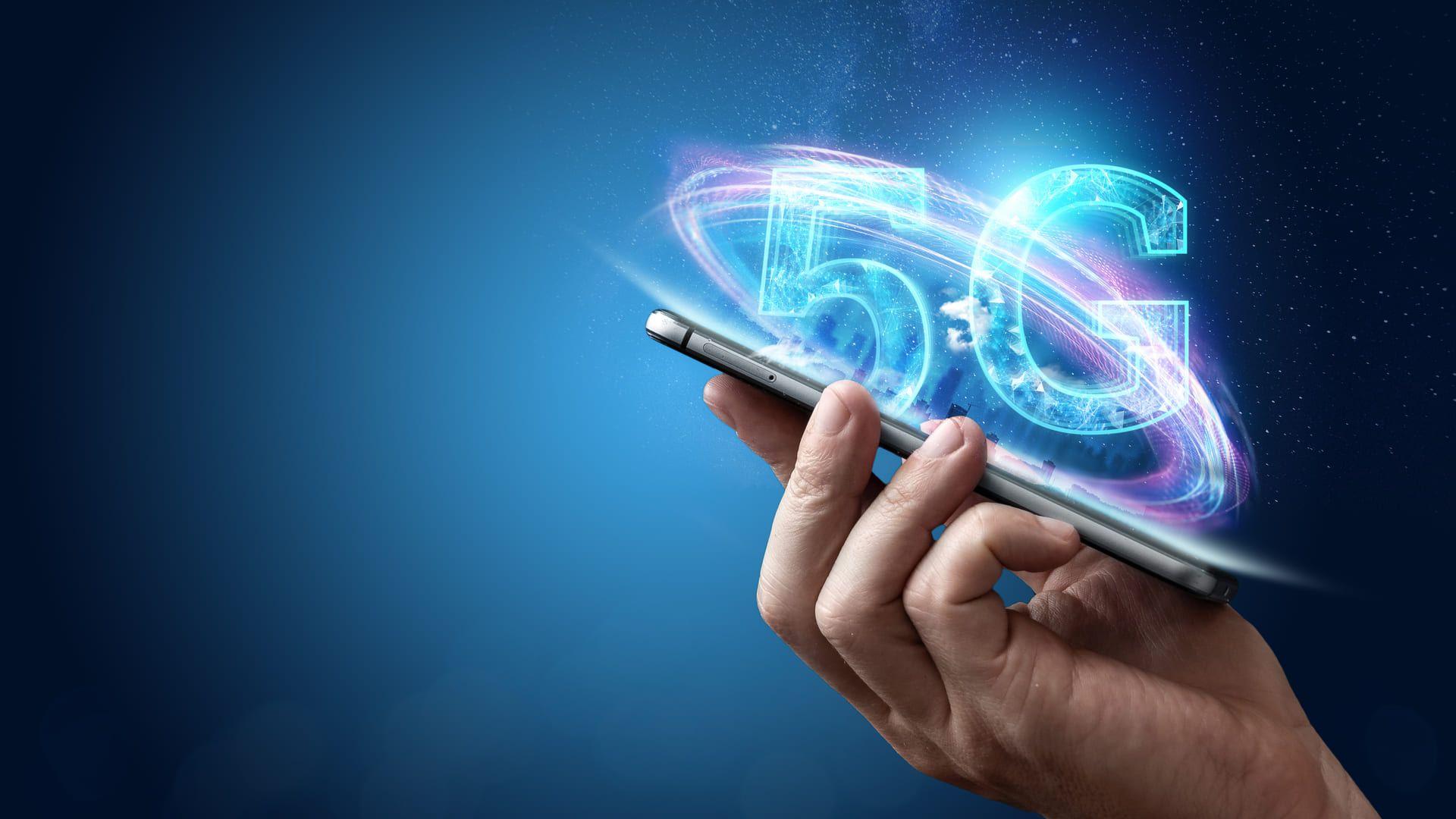Mão segurando celular com símbolo de 5G em 3D