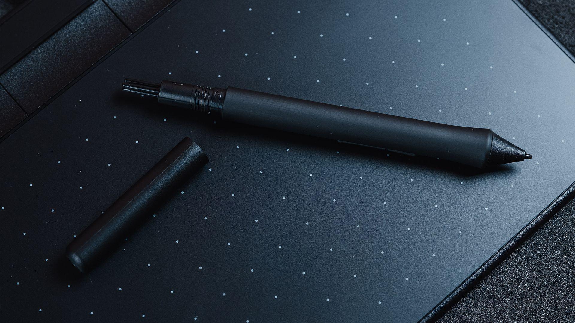 Pontas extras da Wacom Pen 4k ficam dentro da caneta (Foto: Zoom)