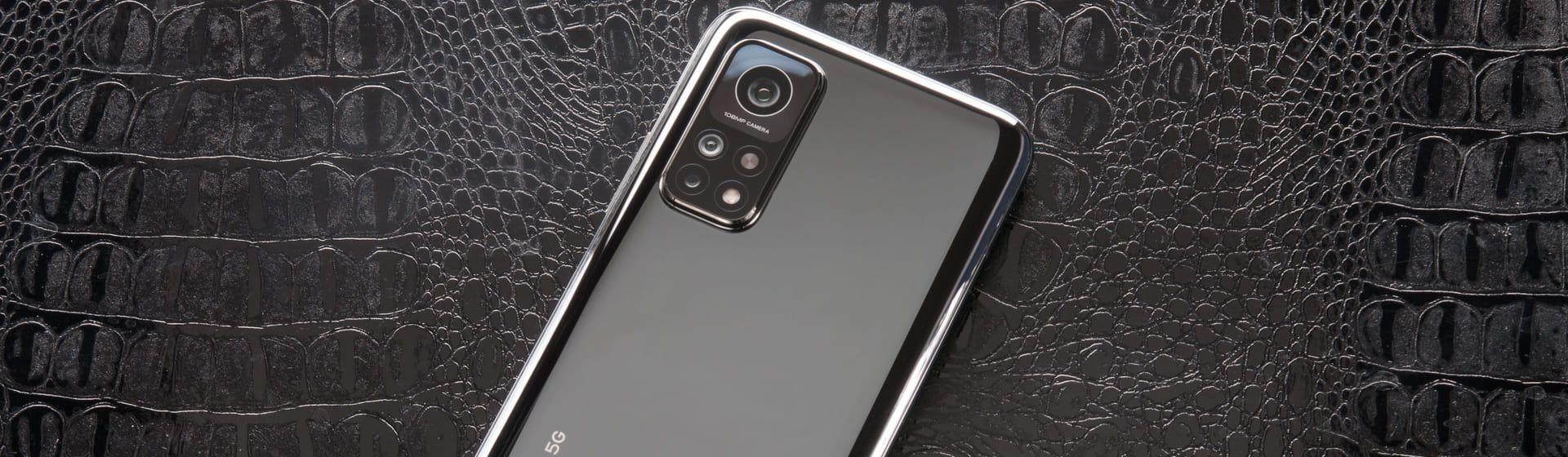 Parte traseira do modelo de celular Xiaomi Mi 10T em fundo de couro