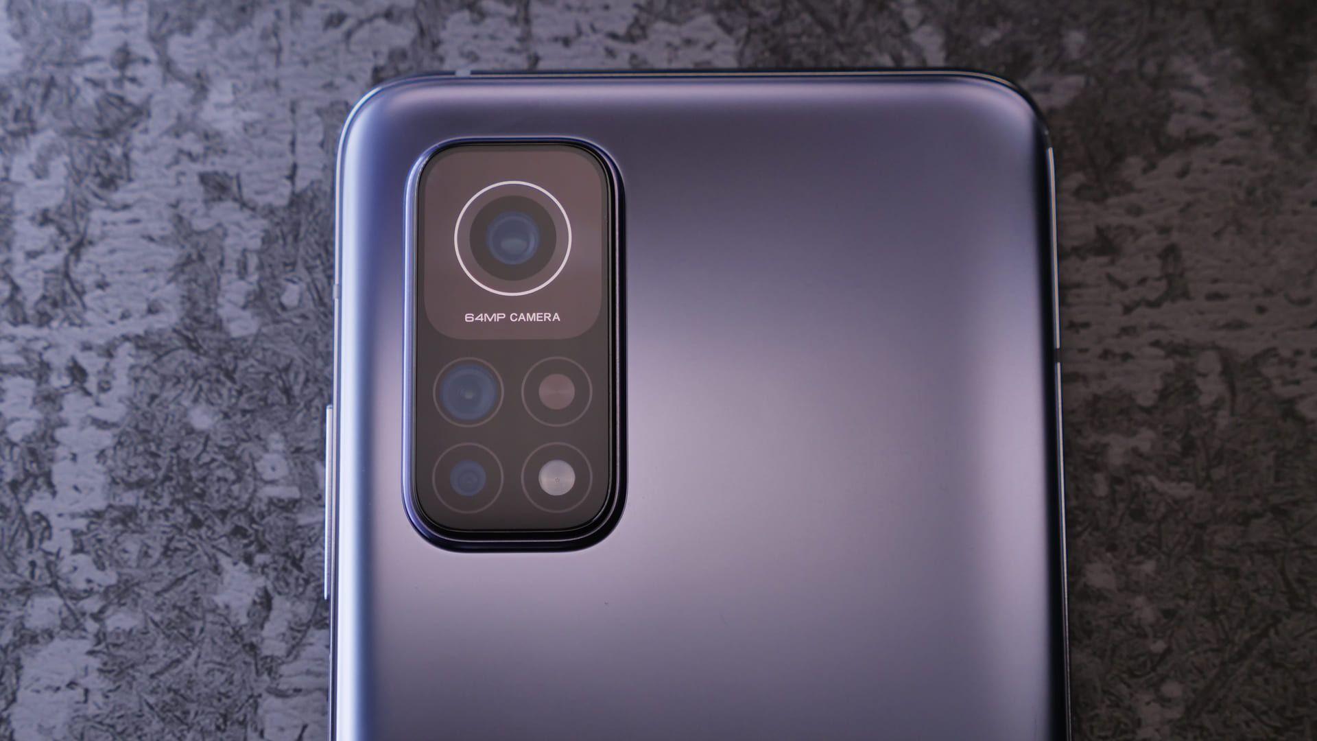 Parte traseira do Xiaomi Mi 10T, com foco no conjunto de câmeras
