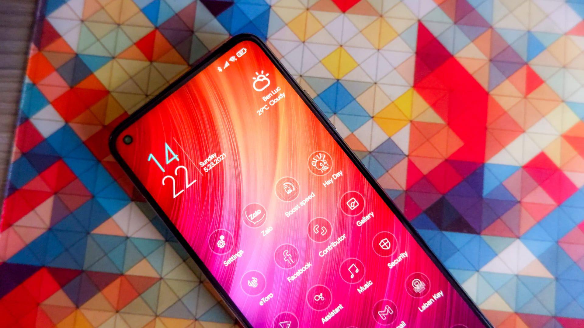 Parte frontal do Xiaomi Mi 10T apoiado em fundo colorido