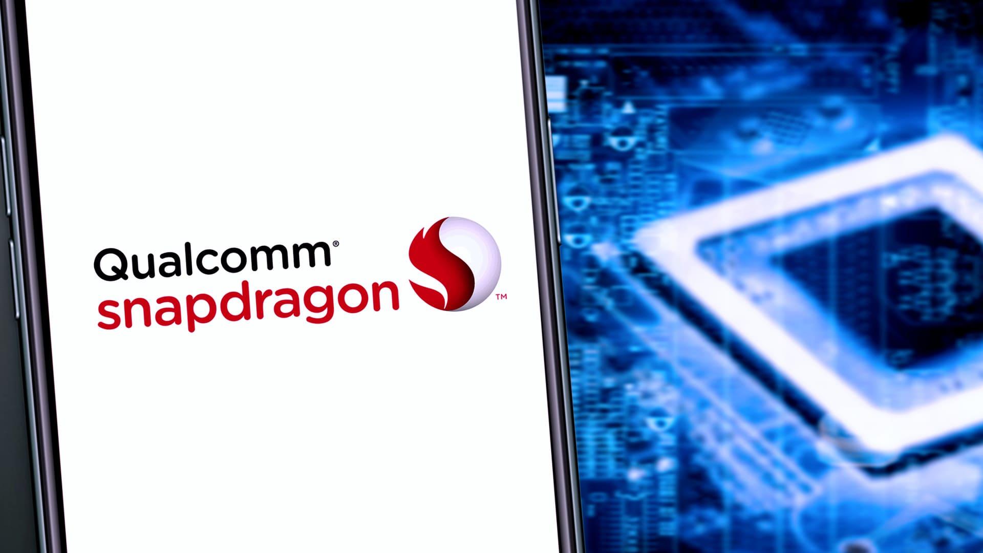 """Parte frontal do Xiaomi Mi 10T com foco nos dizeres """"Qualcomm Snapdragon"""" na tela"""