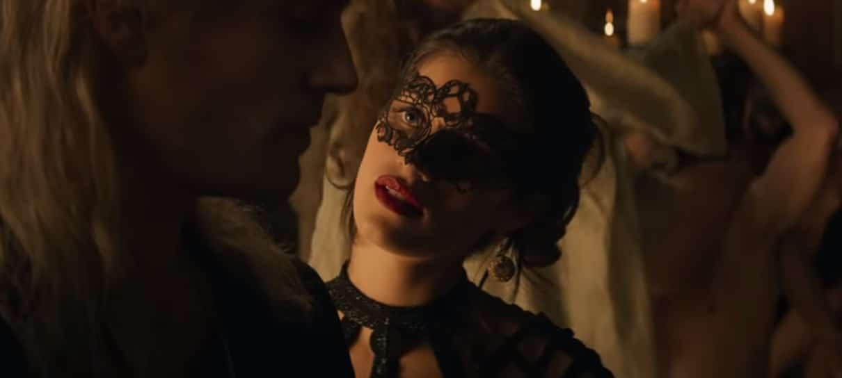 Yennefer de Vengerberg, na série da Netflix, usando uma máscara no rosto e conversando com Geralt de Rivia