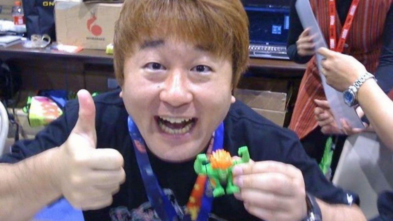 Yoshinori Ono segurando um boneco de Street Fighter