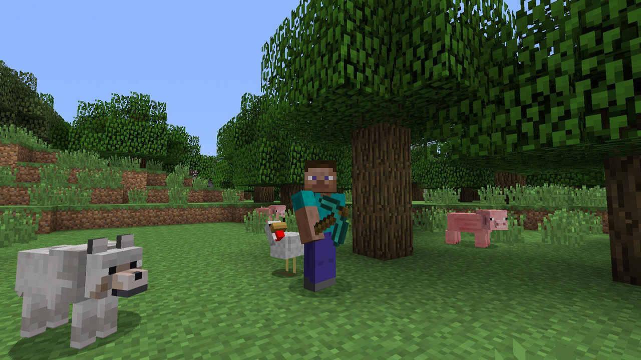 Personagem Steve de Minecraft com uma picareta de diamante em meio a um campo com algumas árvores, dois porcos, uma galinha e um lobo do jogo.