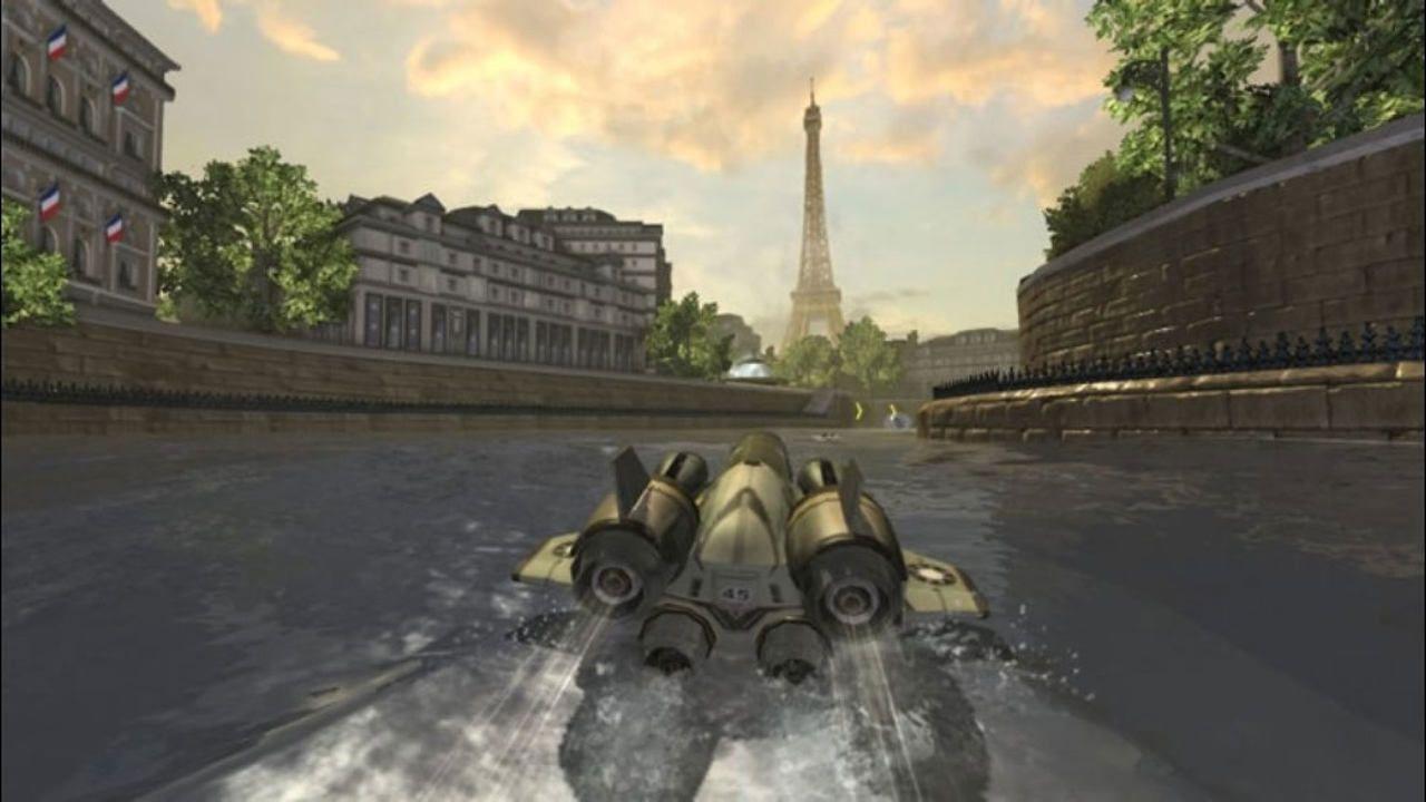 Lancha de corrida com visual futurista percorre um canal com a Torre Eiffel no distante horizonte