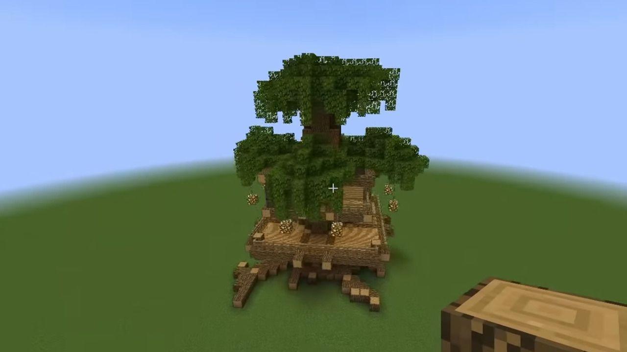 Uma casa de madeira Minecraft em uma árvore em construção