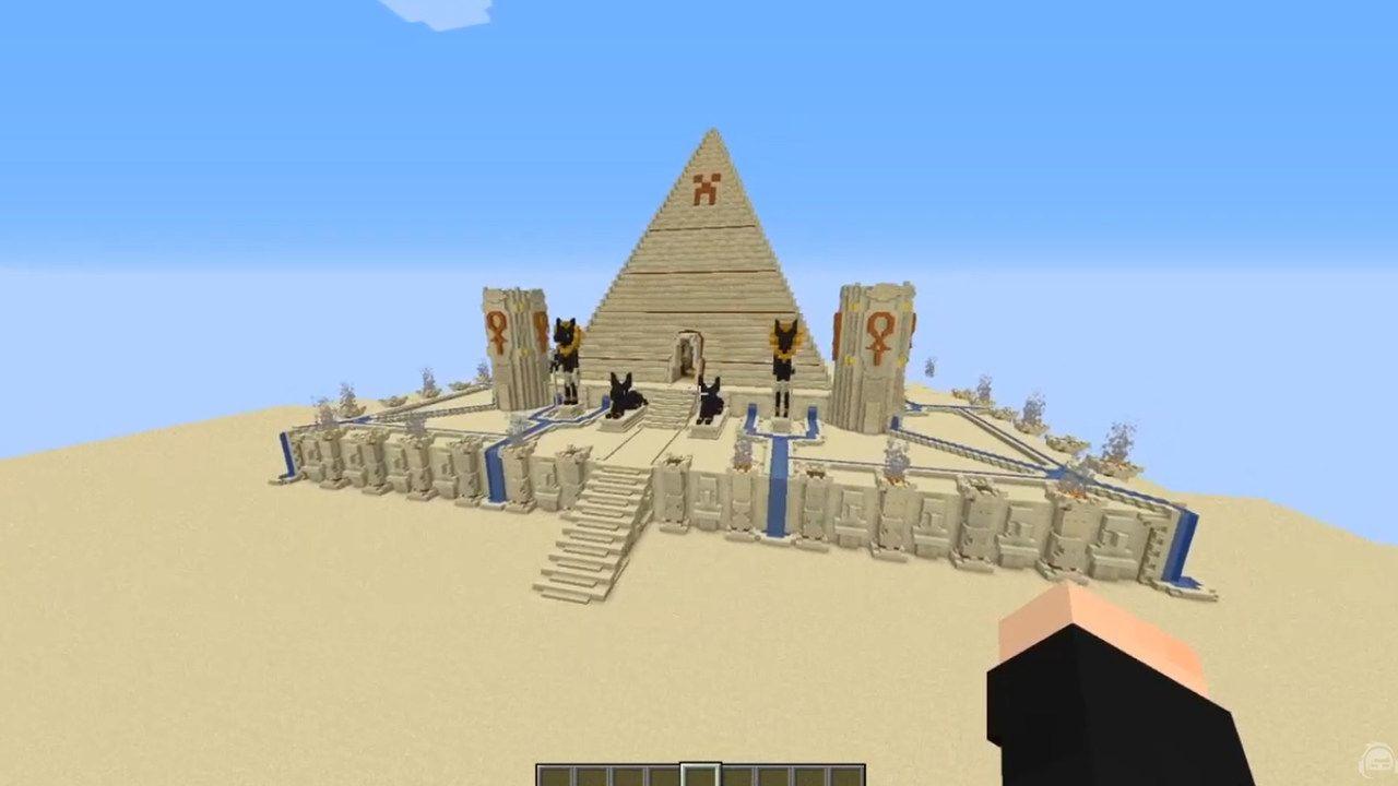Casa no Minecraft em formato de pirâmide com elementos egípcios