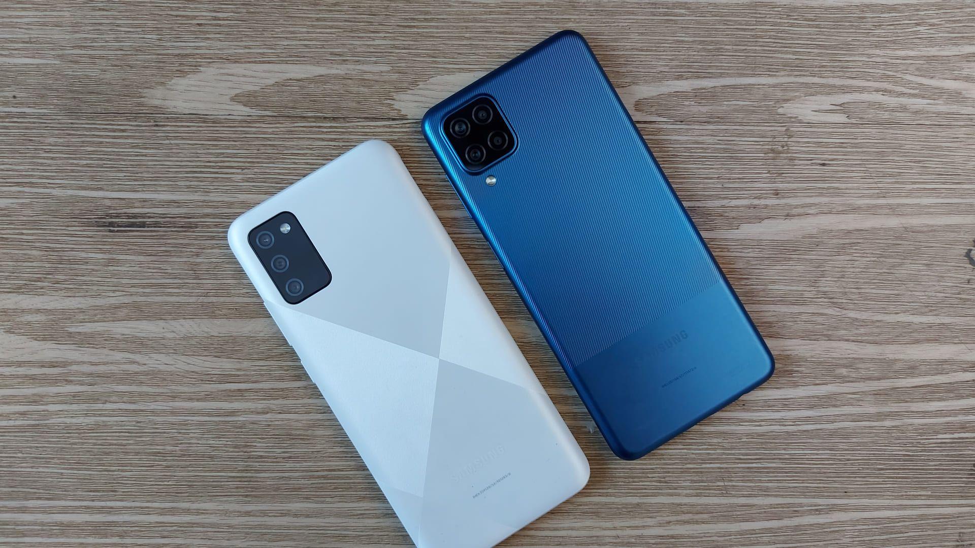 Foto mostra parte traseira de dois celulares Samsung, sendo um deles o A02s