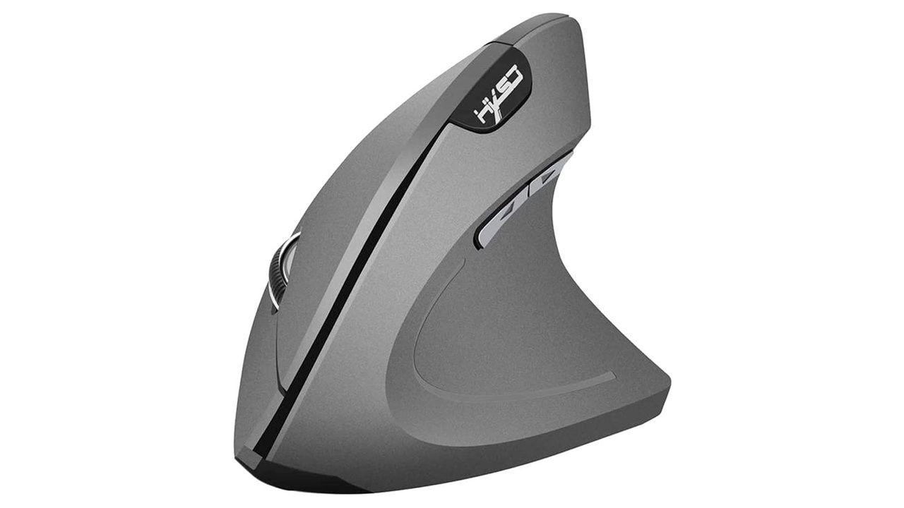 Mouse ergonômico sob fundo branco.