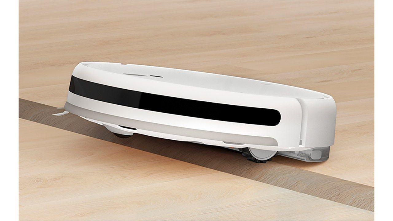 Aspirador robô Xiaomi ultrapassando um leve desnível do chão.