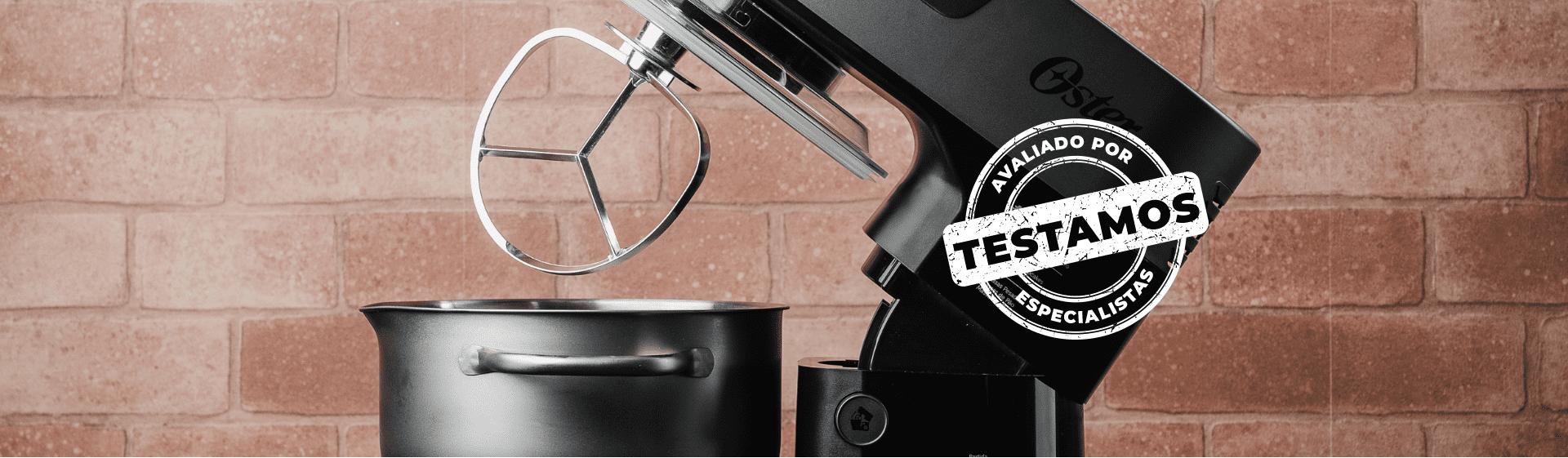 """Batedeira Oster Bowl Inox com batedor em formato de pá aparecendo e selo """"Avaliado por Especialistas"""" carimbado na imagem."""