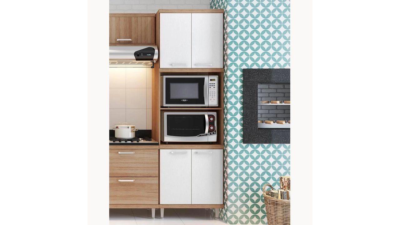 Cozinha com o armário para micro-ondas Sicília com o eletrodoméstico apoiado.