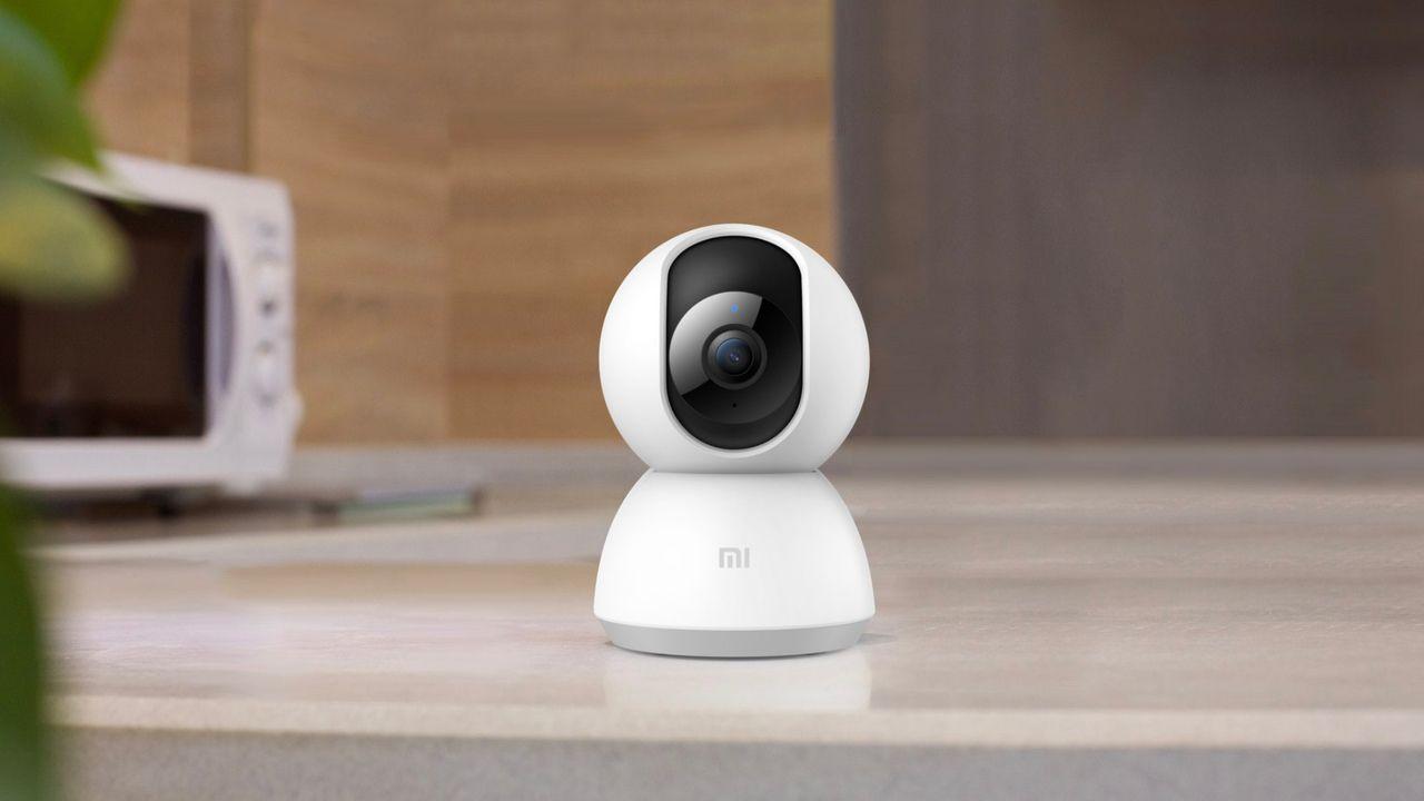 Câmera de segurança Wi-Fi Xiaomi Mija sobre bancada cinza.