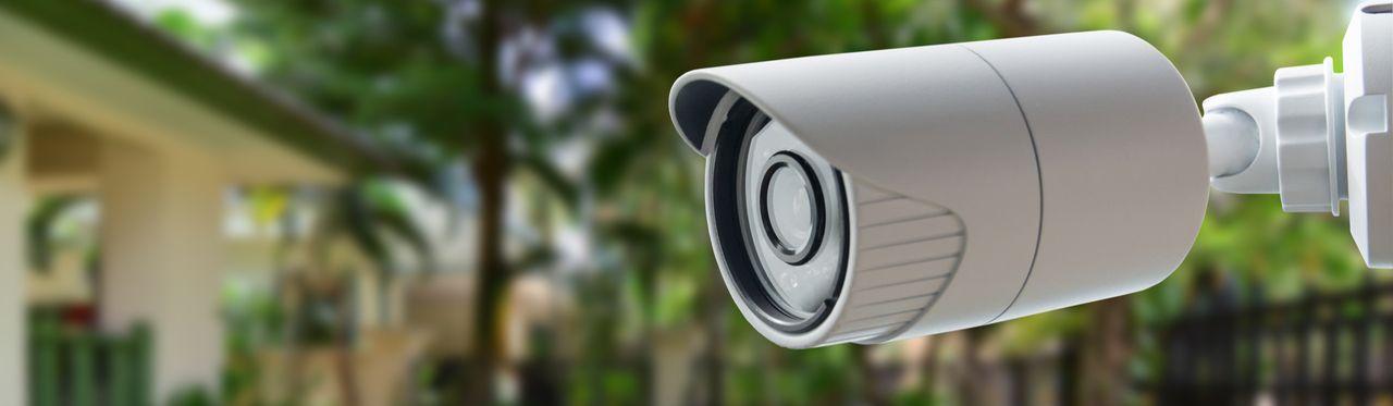 Câmera de segurança Wi-Fi instalada na área externa de uma casa.