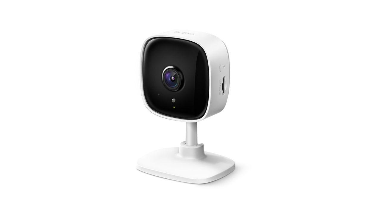 Câmera de segurança Wi-Fi Tapo C100 em fundo branco.
